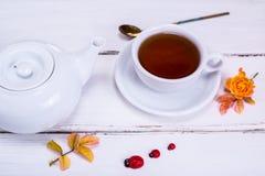 Τσάι σε ένα λευκό γύρω από το φλυτζάνι με ένα πιατάκι Στοκ Εικόνες