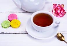 Τσάι σε ένα λευκό γύρω από το φλυτζάνι με ένα πιατάκι Στοκ εικόνες με δικαίωμα ελεύθερης χρήσης