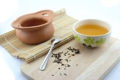Τσάι σε ένα δοχείο φλυτζανιών και αργίλου Στοκ Εικόνα