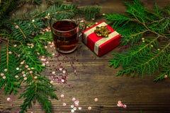 Τσάι σε ένα φλυτζάνι γυαλιού, κομψοί κλάδοι, Χριστούγεννα Στοκ Εικόνες