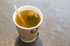 τσάι σε ένα φλυτζάνι corton τσάι τσαντών Στοκ Φωτογραφία