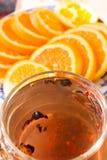Τσάι σε μια διαφανή κούπα με τα καρυκεύματα Στοκ φωτογραφία με δικαίωμα ελεύθερης χρήσης