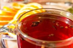 Τσάι σε μια διαφανή κούπα με τα καρυκεύματα Στοκ Εικόνα