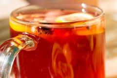 Τσάι σε μια διαφανή κούπα με τα καρυκεύματα Στοκ Φωτογραφίες