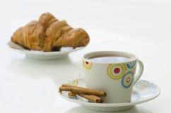 Τσάι στην άσπρη κούπα με την κανέλα και croissant Στοκ φωτογραφία με δικαίωμα ελεύθερης χρήσης