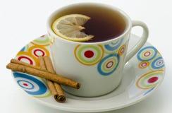Τσάι στην άσπρη κούπα με την κανέλα Στοκ φωτογραφία με δικαίωμα ελεύθερης χρήσης