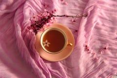 Τσάι στο εκλεκτής ποιότητας ρόδινο φλυτζάνι στοκ εικόνα