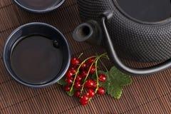 Τσάι στο φλυτζάνι και τη φρέσκια σταφίδα Στοκ φωτογραφία με δικαίωμα ελεύθερης χρήσης