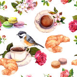 Τσάι, σχέδιο καφέ - λουλούδια, croissant, macaroon, πουλί watercolor seamless Στοκ Φωτογραφίες