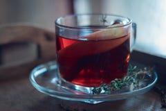 Τσάι της Apple σε έναν ξύλινο πίνακα στο φλυτζάνι γυαλιού Στοκ Εικόνες