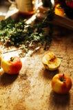 Τσάι της Apple στο φλυτζάνι και teapot μήλων και μήλα πέρα από αγροτικό ξύλινο Στοκ Εικόνες