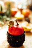 Τσάι της Apple στο φλυτζάνι και teapot μήλων και μήλα πέρα από αγροτικό ξύλινο Στοκ Εικόνα