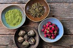 Τσάι - το μεγάλο πράσινο τσάι φύλλων αυξήθηκε, τσάι Matcha σκονών, που ανθίζει το τσάι Στοκ Εικόνα