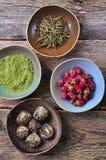 Τσάι - το μεγάλο πράσινο τσάι φύλλων αυξήθηκε, τσάι Matcha σκονών, που ανθίζει το τσάι Στοκ φωτογραφία με δικαίωμα ελεύθερης χρήσης