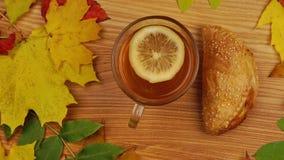 Τσάι φθινοπώρου με τη φέτα και Croissant λεμονιών απόθεμα βίντεο