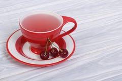 Τσάι φρούτων με τα κεράσια μούρων Στοκ Φωτογραφία