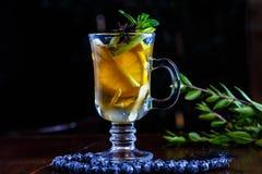 Τσάι φρούτων με το λεμόνι και Apple στο φλυτζάνι γυαλιού Στοκ Εικόνες