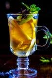 Τσάι φρούτων με το λεμόνι και Apple στο φλυτζάνι γυαλιού Στοκ εικόνες με δικαίωμα ελεύθερης χρήσης
