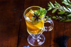Τσάι φρούτων με το λεμόνι και Apple στο φλυτζάνι γυαλιού Στοκ Φωτογραφία