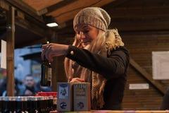 Τσάι φρούτων πωλήσεων γυναικών στις αγορές Χριστουγέννων στο τετράγωνο ελευθερίας μέσα Στοκ φωτογραφία με δικαίωμα ελεύθερης χρήσης