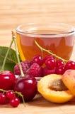 Τσάι φρούτων στο φλυτζάνι με το μούρο Στοκ Φωτογραφίες
