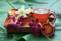 Τσάι φρούτων Bael στο ξύλινο κιβώτιο Στοκ Εικόνα