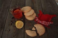 Τσάι Χριστουγέννων με τα μπισκότα, τα παιχνίδια Χριστουγέννων και τα γλυκά Στοκ Φωτογραφίες