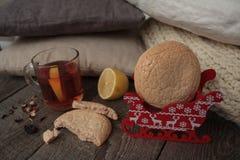 Τσάι Χριστουγέννων με τα μπισκότα, τα παιχνίδια Χριστουγέννων και τα γλυκά, Στοκ εικόνες με δικαίωμα ελεύθερης χρήσης
