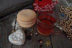 Τσάι Χριστουγέννων με τα μπισκότα, τα παιχνίδια Χριστουγέννων και τα γλυκά, λεμόνι, Στοκ Εικόνα