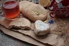 Τσάι Χριστουγέννων με τα μπισκότα, τα παιχνίδια Χριστουγέννων και τα γλυκά, Στοκ Φωτογραφία