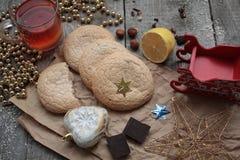 Τσάι Χριστουγέννων με τα μπισκότα, τα παιχνίδια Χριστουγέννων και τα γλυκά, λεμόνι, Στοκ εικόνα με δικαίωμα ελεύθερης χρήσης