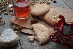 Τσάι Χριστουγέννων με τα μπισκότα, τα παιχνίδια Χριστουγέννων και τα γλυκά, Στοκ Εικόνα