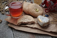 Τσάι Χριστουγέννων με τα μπισκότα, τα παιχνίδια Χριστουγέννων και τα γλυκά, λεμόνι, Στοκ Φωτογραφία