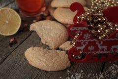 Τσάι Χριστουγέννων με τα μπισκότα Στοκ Φωτογραφίες