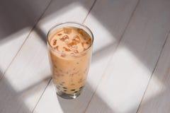 Τσάι Boba/φυσαλίδων Σπιτικό τσάι γάλακτος σοκολάτας με τα μαργαριτάρια στο wo Στοκ φωτογραφία με δικαίωμα ελεύθερης χρήσης