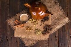 Τσάι Chai με τα παραδοσιακά χορτάρια και τα καρυκεύματα στοκ εικόνες