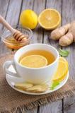 Τσάι Chamomile με το λεμόνι, την πιπερόριζα και το μέλι Στοκ εικόνες με δικαίωμα ελεύθερης χρήσης