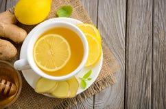 Τσάι Chamomile με το λεμόνι, την πιπερόριζα και το μέλι Στοκ φωτογραφία με δικαίωμα ελεύθερης χρήσης