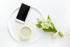 Τσάι Matcha σε ένα κεραμικό φλυτζάνι σε ένα λευκό γύρω από το πιάτο με ένα knitte Στοκ Φωτογραφία
