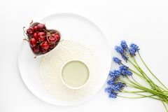 Τσάι Matcha σε ένα κεραμικό φλυτζάνι σε ένα λευκό γύρω από το πιάτο με ένα knitte Στοκ φωτογραφίες με δικαίωμα ελεύθερης χρήσης
