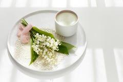 Τσάι Matcha σε ένα κεραμικό φλυτζάνι σε ένα λευκό γύρω από το πιάτο με ένα knitte Στοκ Εικόνα