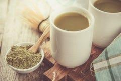 Τσάι Matcha στα άσπρα κύπελλα Στοκ Εικόνα