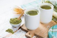 Τσάι Matcha στα άσπρα κύπελλα Στοκ Εικόνες