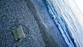 Τσάντα δέρματος στην παραλία Στοκ φωτογραφία με δικαίωμα ελεύθερης χρήσης