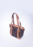 τσάντα ή καφετιά τσάντα γυναικών δέρματος στο υπόβαθρο Στοκ εικόνες με δικαίωμα ελεύθερης χρήσης