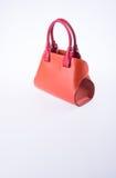 τσάντα ή καφετιά τσάντα γυναικών δέρματος στο υπόβαθρο Στοκ Φωτογραφίες