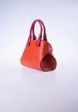 τσάντα ή καφετιά τσάντα γυναικών δέρματος στο υπόβαθρο Στοκ φωτογραφίες με δικαίωμα ελεύθερης χρήσης