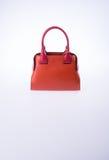τσάντα ή καφετιά τσάντα γυναικών δέρματος στο υπόβαθρο Στοκ Φωτογραφία