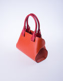 τσάντα ή καφετιά τσάντα γυναικών δέρματος στο υπόβαθρο Στοκ φωτογραφία με δικαίωμα ελεύθερης χρήσης