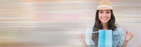Τσάντα αγορών ανοίγματος γυναικών με τη μετάβαση κινήσεων Στοκ Εικόνα